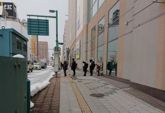 旭川でバスを待つ人々